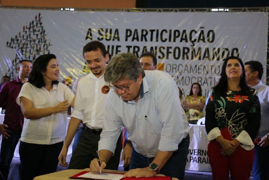 13052019 od pombal  foto francisco franca4 - Ao lado de Leonardo de Dedé, governador João Azevedo assina ordem de serviço e entrega equipamentos em São Domingos.