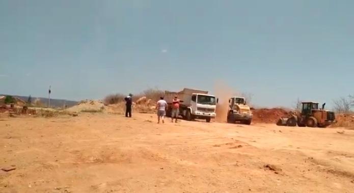 VENHA VER - BOMBA: Popular flagra máquinas da prefeitura de Coronel João Pessoa trabalhando a serviço do município de Venha Ver, no RN; VEJA VÍDEO.