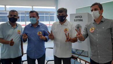 DIMAS 2 TURNO 390x220 - Sousense Dimas Gadelha candidato a prefeito em São Gonçalo-RJ, vota acompanhando de Rodrigo Neves e Fabiano Horta; VEJA