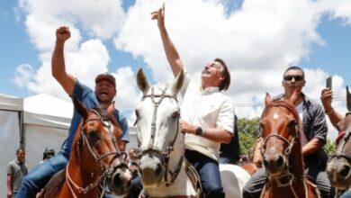 BOLSONARONABAHIA 390x220 - NO NORDESTE: Bolsonaro vai à Bahia inaugurar obras, anda a cavalo e é aclamado pelo povo