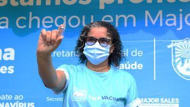 VACINA MAJOR SALES 390x220 - Tec. de enfermagem é vacinada e marca início da imunização contra a Covid-19 na cidade de Major Sales; VEJA.