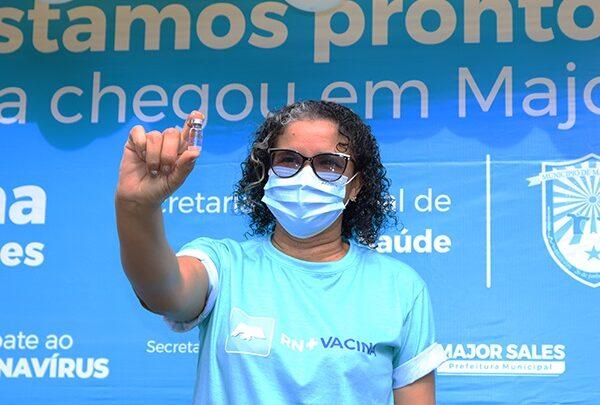VACINA MAJOR SALES 600x405 - Tec. de enfermagem é vacinada e marca início da imunização contra a Covid-19 na cidade de Major Sales; VEJA.