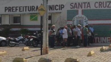 servidores sc 390x220 - EM ATRASO: Servidores da prefeitura de Santa Cruz cobram pagamento referente ao mês de dezembro.
