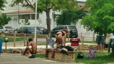 casal praca 390x220 - Mulher é flagrada tomando banho em praça no Centro de Sousa