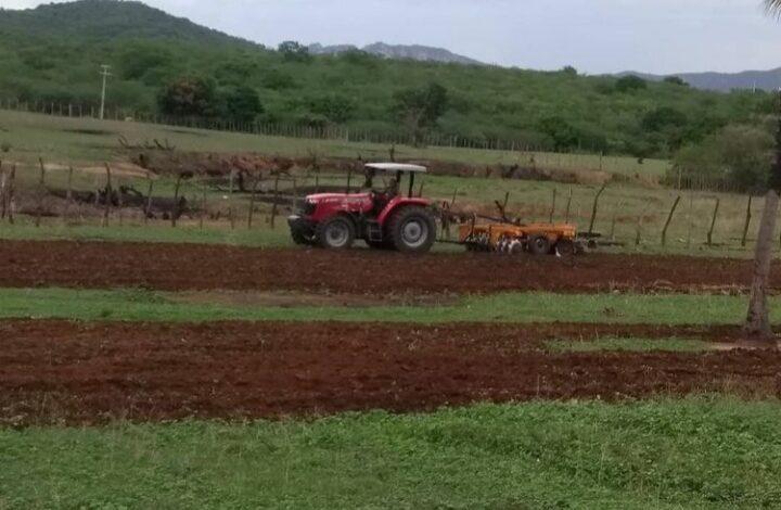 corte de terra vieiropolis 720x470 - Prefeitura inicia corte de terra e beneficia agricultores de Vieirópolis