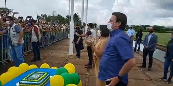 BOLSONARO NIVER - Bolsonaro completa 66 anos e é homenageado por multidão de patriotas que canta parabéns em frente ao planalto; VEJA VÍDEO