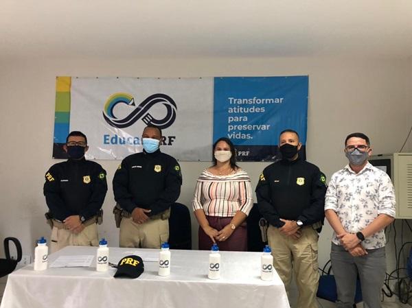 PRF UNA - Prefeitura de Uiraúna e PRF-PB assinam termo de adesão de projeto ''Educar PRF'' que beneficiará alunos da Rede Municipal de Ensino.