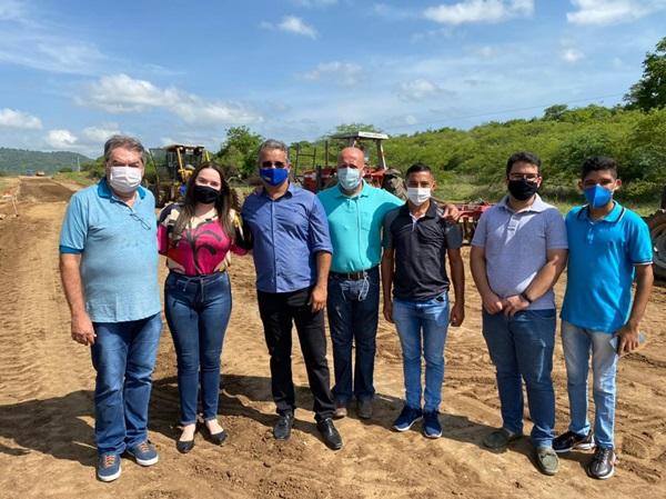 RAMADA - São Francisco: Deputado Lindolfo Pires e comitiva do Prefeito Gerôncio Júnior visitam obras da nova rodovia que liga a sede do município ao distrito de Ramada