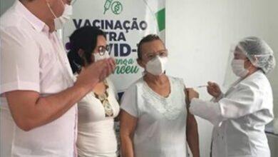 marcelo vacina 390x220 - Nazarezinho é o município da região de Sousa que mais vacinou contra a Covid-19; VEJA.