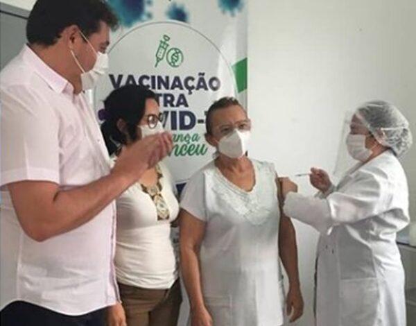 marcelo vacina 600x470 - Nazarezinho é o município da região de Sousa que mais vacinou contra a Covid-19; VEJA.