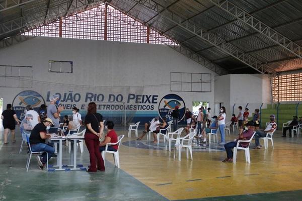 vacina uirauna - Prefeitura de Uiraúna imuniza quase 500 pessoas contra a Covid-19 nos dois primeiros dias de vacinação com idosos acima de 70 anos.