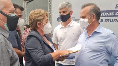 Leninha jp 390x220 - Durante agenda administrativa na capital, prefeita Leninha Romão se reúne com o Ministro Rogério Marinho e reivindica retorno das obras da adutora da Capivara em Uiraúna.