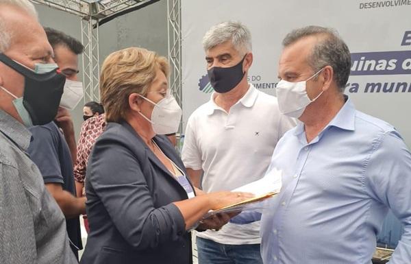 Leninha jp - Durante agenda administrativa na capital, prefeita Leninha Romão se reúne com o Ministro Rogério Marinho e reivindica retorno das obras da adutora da Capivara em Uiraúna.