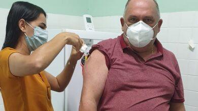 coloral 390x220 - SÃO JOSÉ DA LAGOA TAPADA : Prefeito toma 1ª dose e diz-se ansioso para imunizar toda a cidade.