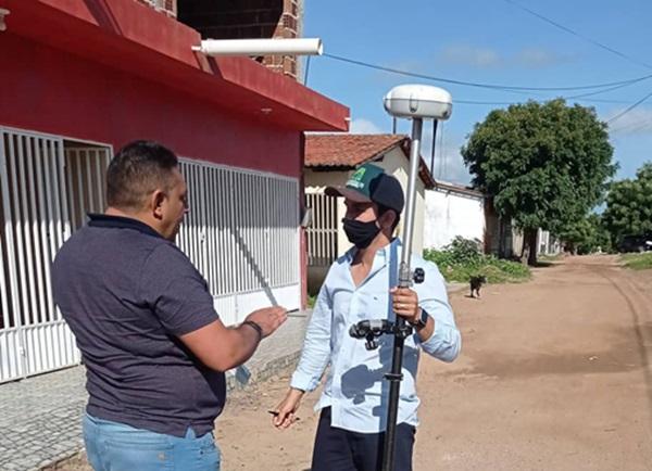 joao neto obras - Prefeitura de Aparecida inicia topografia em ruas que serão pavimentadas; Prefeito acompanha trabalhos e agradece emenda do deputado Wellington Roberto.