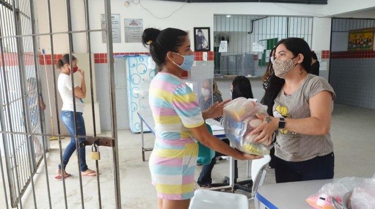 jp feira - Prefeitura de João Pessoa entrega kits de alimentos para alunos da rede municipal e mantém distribuição nas creches
