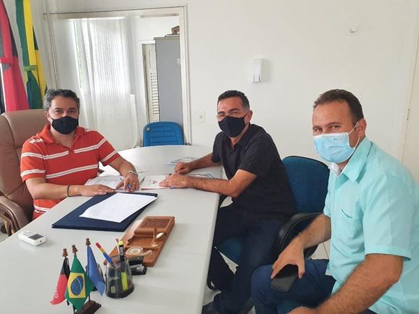 01 - REFORÇO: Efraim Filho recebe apoio de mais 03 prefeitos, chega a 83 e consolida liderança para o Senado