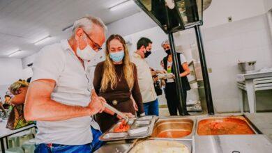 ciceroeesposa 390x220 - JOÃO PESSOA: Prefeito acompanha reabertura de salões de cozinhas comunitárias e restaurantes populares em dia especial para as mães