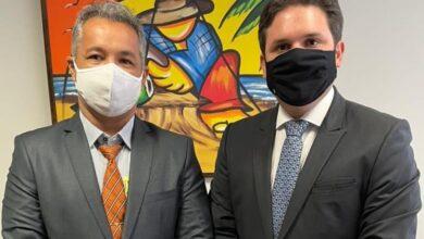 hugo e jr 390x220 - EM BRASÍLIA: Deputado Hugo Motta recebe prefeito de São Francisco e garante destinação de recursos para o município no valor de R$ 1 Milhão.