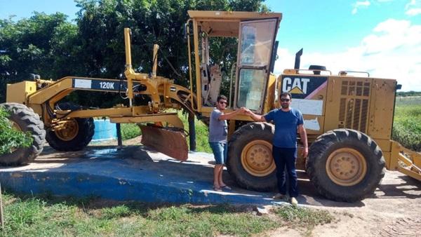 maquina - TRIUNFO: Prefeito Espedito Filho recupera máquina motoniveladora(Patrol) encontrada totalmente sucateada, deixada pela gestão anterior
