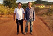 1CM 220x150 - São João do Rio do Peixe: Prefeito Luiz Claudino e vereador Carlos Medeiros acompanham trabalho de recuperação de estradas na região norte do município.
