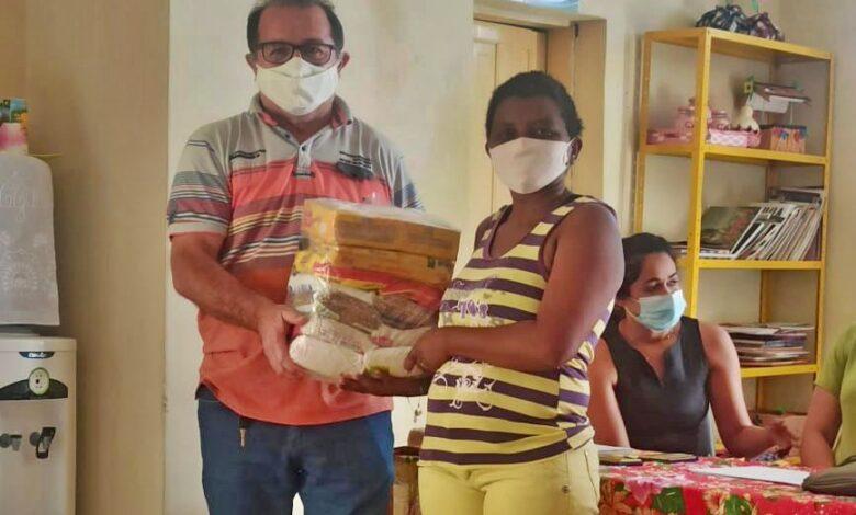 FEIRA1 780x470 - Em parceria com o governo do Estado, prefeitura de Bonito de Santa Fé distribui cestas básicas para famílias no município.