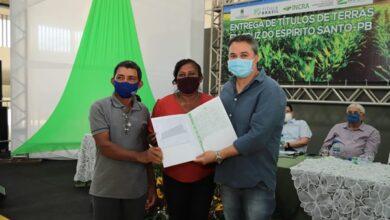 EFRAIM TERRA 390x220 - Efraim Filho participa de solenidade de título de posse junto ao INCRA; Famílias de agricultores realizam sonho de receber o título da terra.
