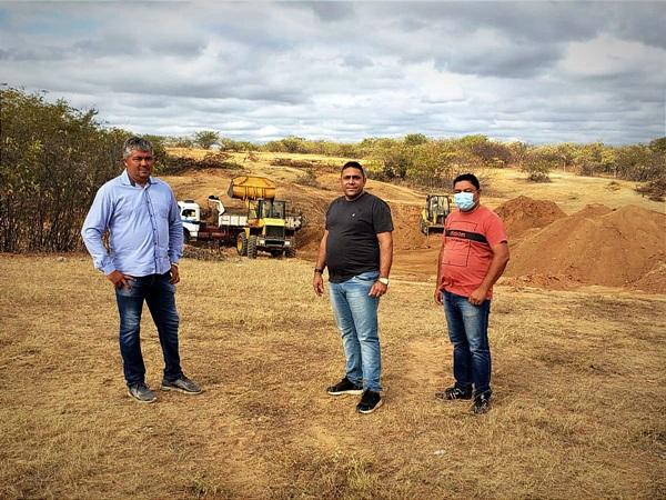 JOAONETO OBRAS - Prefeito de Aparecida visita obras de revitalização de estradas em zona rural do município.