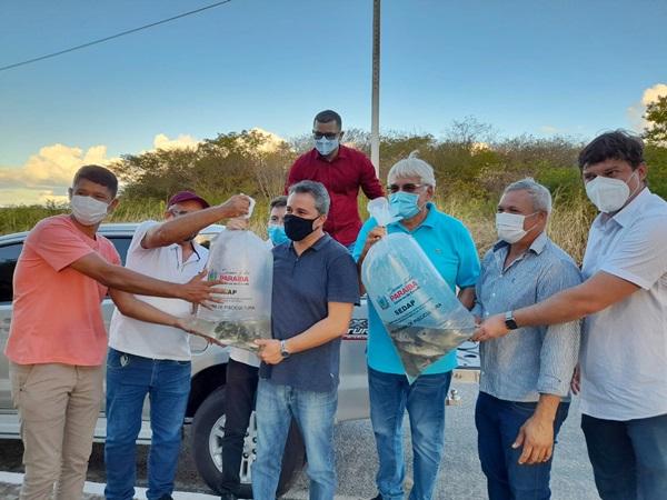 efraim patos - Peixe na mesa e geração de renda: Efraim Filho visita entrega de alevinos a famílias rurais no sertão paraibano.