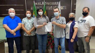prefeita 390x220 - Prefeita de Pau dos Ferros protocola Plano Diretor Participativo na Câmara Municipal