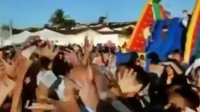 biu fernandes 390x220 - VEJA VÍDEO: Ex-deputado se inspira em Silvio Santos ao jogar dinheiro para crianças, mas acaba derrubado