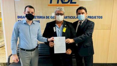 celio 1 390x220 - EDUCAÇÃO : Prefeito Célio da Usina assina contrato para liberação de recursos para construção de escola no município de Vieirópolis